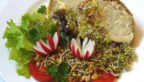 Los brotes de alfalfa pueden ser usados como guarnición o ingrediente en las comidas.
