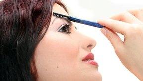Rellena tus cejas con un lápiz de cejas para que se vean más gruesas.