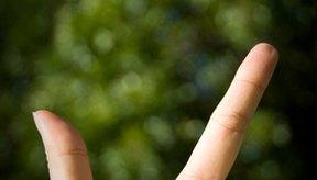 El impacto por una pelota de deporte puede a menudo causar un esguince en las articulaciones de los dedos.