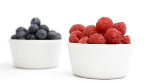 Los arándanos y las frambuesas son ricos en compuestos que proveen muchos beneficios para la salud.
