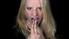 Las náuseas de comer en exceso puede hacer que te sientas con ganas de vomitar.