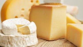 Diferentes tipos de queso en tabla para cortar.