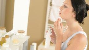 Mujer lavando su rostro.
