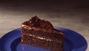 Un poco de cacao puede convertir una mezcla de pastel blanco en un delicioso postre de chocolate.