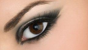 La aplicación de compresas de algodón empapados en agua de hamamelis para bolsas de los ojos y la realización de ejercicios de los ojos diariamente puede ayudar a eliminar la hinchazón, según EyeCareBasics.com.