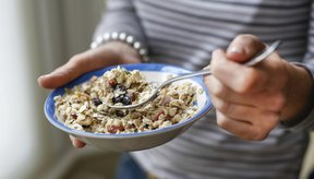 Mujer con un plato de saludables cereales de granola.
