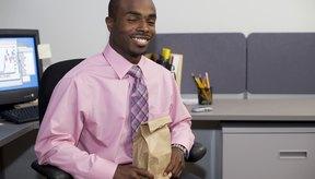 Empaca un almuerzo bajo en densidad energética para tener una comida que te haga sentir satisfecho y sea baja en calorías.