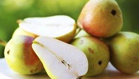Peras cortadas sobre una mesa.