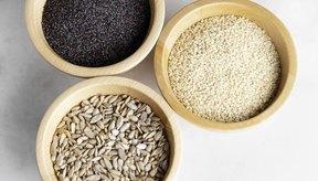 Ejemplos de alimentos altos en magnesio son: arroz integral, espinacas, lentejas, avena, frijoles, plátanos, pan integral, tofu, calabaza, almendras, cacao en polvo y chocolate.