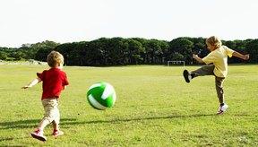 Las actividades divertidas pueden ayudar a un niño de 2 años a mejorar su equilibrio y coordinación.
