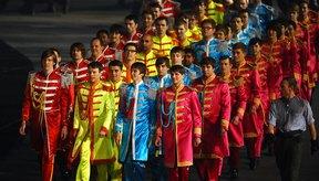 Actores vestidos al estilo Sgt. Pepper para la apertura de los juegos olímpicos de Londres 2012.