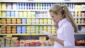 Mujer que mira la lista de compras.
