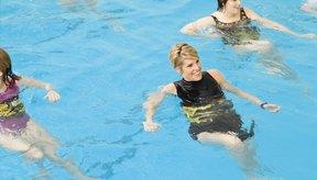 Los aeróbicos en agua también son una opción divertida de entrenamiento en grupo.