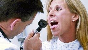 Doctor revisando la garganta de una mujer.