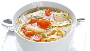 El caldo de pollo es la base de muchas sopas.