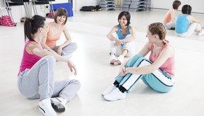 Mujeres que hablan después de la clase de ejercicio.