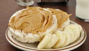 Mantequilla de maní sobre galletas de arroz.