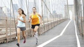 Los atletas corren sobre un puente urbano.