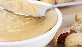 Plato de mantequilla de maní orgánica.
