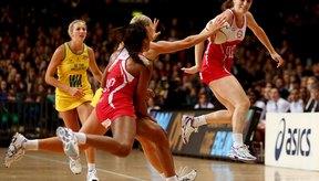 El baloncesto requiere velocidad y agilidad.