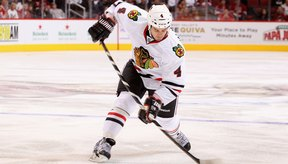 Los rigores de la temporada NHL demandan una gran cantidad de jugadores como Niklas Hjalmarsson de Chicago Blackhawk.