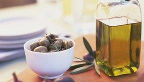 Los alimentos densos y calóricos, como el aceite de oliva pueden ayudarte a aumentar tu consumo de calorías.