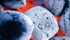 Calienta unos carbones hasta que estén de color rojo con una suave cubierta de cenizas grises.
