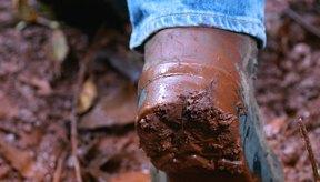 Manten un par de botas de trabajo especificas o botas para lodo para estar afuera en días de lluvia.