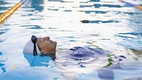 Los gorros de natación mantienen el cabello seco, lo que permite que se conserve la permanente recién hecha.
