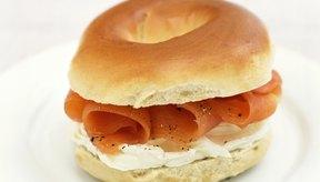 Rellena un panecillo con salmón ahumado como una fuente de proteínas y ácidos grasos omega 3.