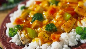 Servir tu carne y vegetales con arroz incrementará su contenido de carbohidratos.