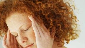 Muchas mujeres sufren de dolores de cabeza debido a fluctuaciones del estrógeno en torno al momento de su menstruación.