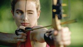 Un protector de brazo te ayuda a protegerte al disparar un arco.