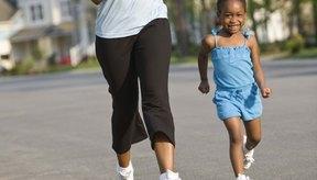 Mantén un estilo de vida saludable mediante el ejercicio con tu hijo.