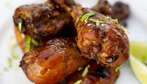 El sancochado del pollo ayuda a mantenerlo jugoso después de asarlo.
