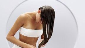 Mójate el cabello antes de aplicar le mezcla de vinagre.