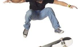 La patineta gira en el aire durante un