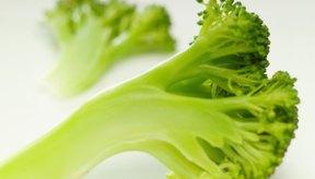 El brócoli es un alimento con un denso contenido de nutrientes que tiene muchos beneficios para la salud, incluyendo la prevención del estreñimiento.