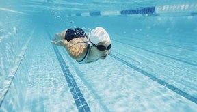 El cloro y el bromo son productos químicos utilizados para desinfectar el agua en las piscinas.
