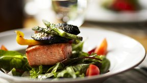 La carne y el pescado son buenas fuentes de vitamina B-12, mientras que las frutas y verduras proporcionan ácido fólico.