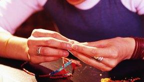 Le puedes ayudar a aprender a hacer joyas con alambre de plata, cuentas de collar, anillas de fijación y broches para joyas.