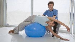 Un entrenador personal mantiene a las personas a dieta en la pista con el objetivo de perder peso.