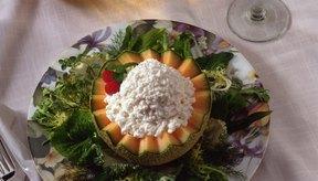El queso fresco es un alimento bajo en calorías y alto en proteínas.