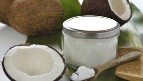 Cocos y tarro de aceite de coco.