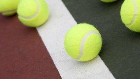 La pelota de tenis esta hecha de un núcleo de caucho hueco.