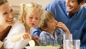 Mantén la hora de la comida relajada y agradable para que los niños se animen a comer.