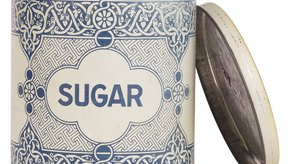 La sacarosa o azúcar común es un disacárido formado por alfa-glucosa y beta-fructosa.