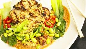 Una comida completa contiene granos enteros, frutas, verduras, proteínas magras y grasas saludables para el corazón.