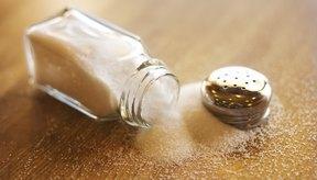 El sodio se encuentra naturalmente en muchos alimentos, pero el exceso de sodio en la dieta se da en forma de sal.