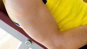 Bajar la barra hacia la parte superior del pecho ejercita efectivamente tus pectorales superiores.